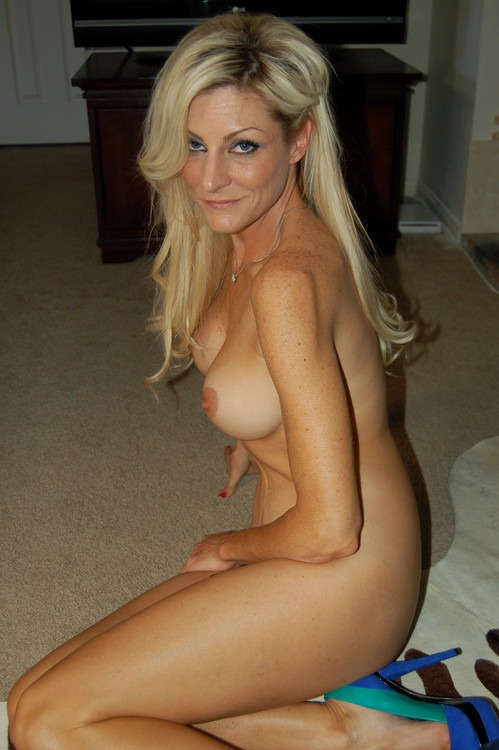 pretty-naked-housewife-big-ass-in-tight-jeans