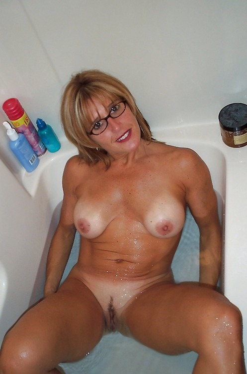 Amateur milfs and housewives nude in the toilet. Full-size picture #5